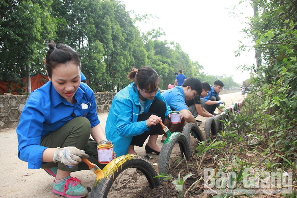 Bac Giang province, green lifestyle, Challenge For Change, hot trend, rubbish cleanups, foreigner facebook account, positive feedback, practical activities