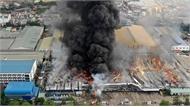 Khói lửa bao trùm nhà kho hàng nghìn m2 ở Bình Dương