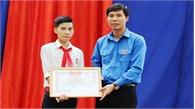 """Trao tặng Huy hiệu """"Tuổi trẻ dũng cảm"""" cho học sinh Vũ Văn Hùng"""
