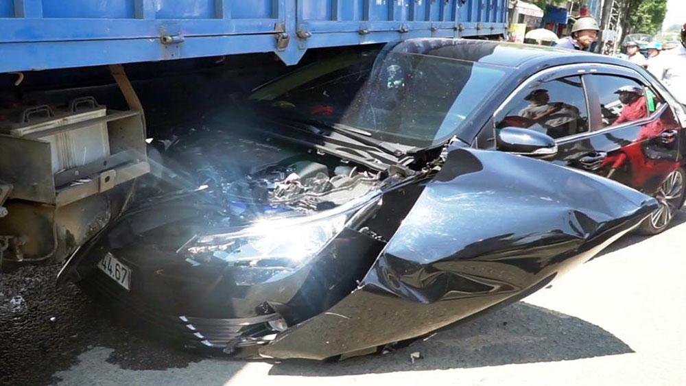 Tài xế thoát chết khi ôtô bị cuốn vào gầm xe tải