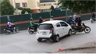"""""""Xe điên"""" lùi vào gốc cây, lao ngang đường trên phố Hà Nội"""