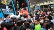 Người dân ở Thủ đô ùn ùn đổ về các bến xe nghỉ lễ 10-3