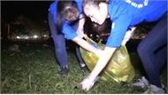 Hàng trăm người dọn rác xuyên đêm tại đền Hùng