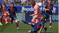 Barca hòa đội bét bảng La Liga