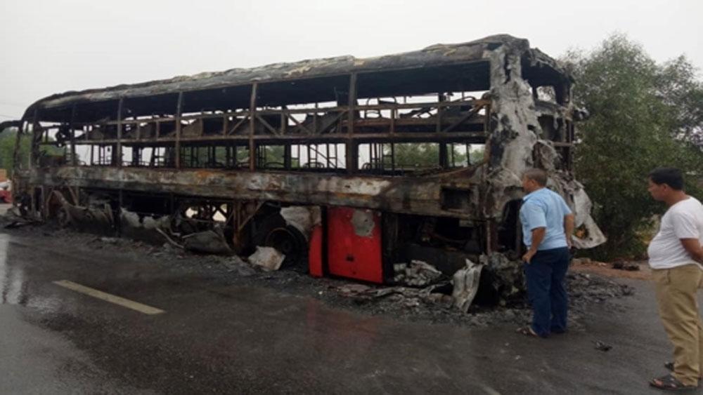 Xe giường nằm cháy rụi, hành khách hoảng loạn