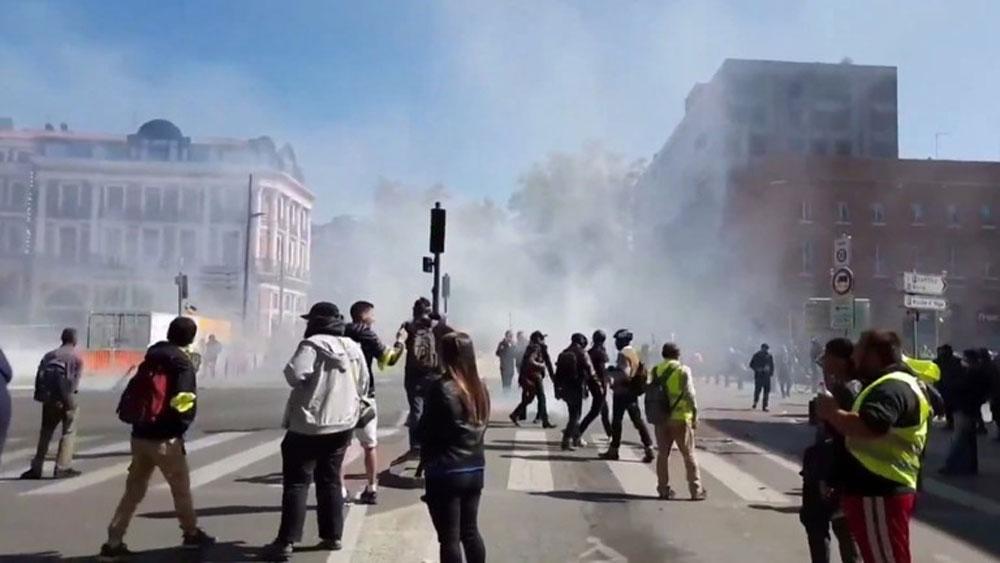 Hỗn loạn, cảnh sát Pháp, bắn hơi cay, người biểu tình Áo vàng