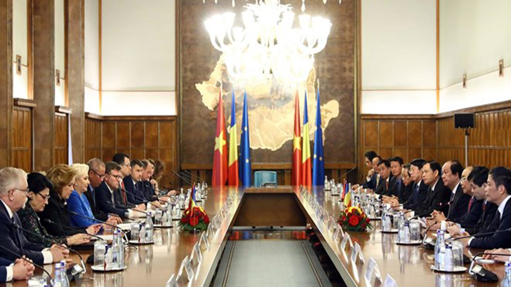 PM Phuc holds talks with Romanian counterpart