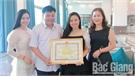 Lãnh đạo huyện Lục Ngạn tặng Giấy khen cho ca sĩ Lương Hải Yến