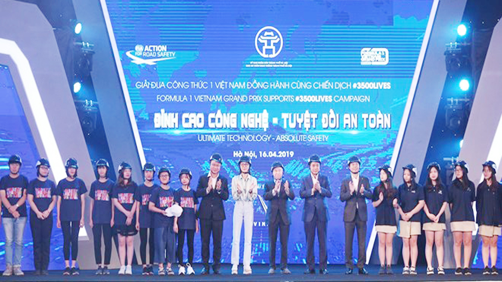 Hanoi students presented with 10,000 qualified helmets