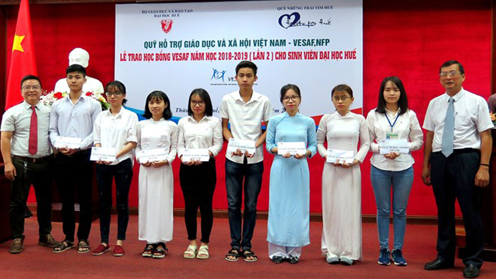 Thua Thien-Hue, 32 scholarships, disadvantaged students, impoverished students, excellent academic performances, Hue University