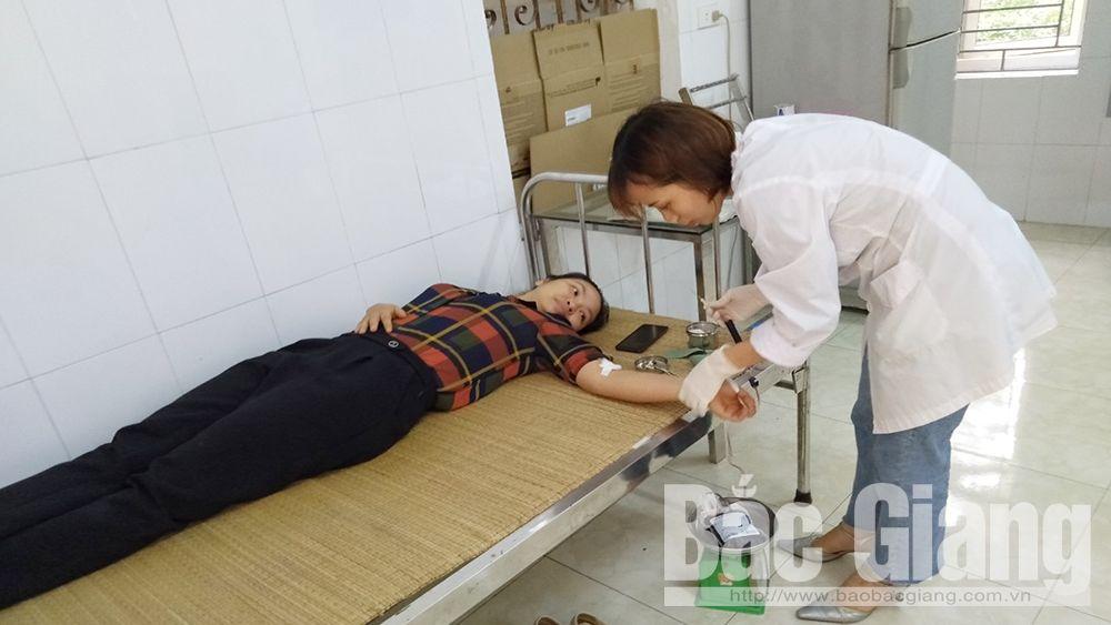 Đoàn viên Ninh Thị Miền, Trung tâm Y tế huyện Việt Yên hiến máu cứu người