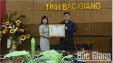 Chủ tịch UBND tỉnh khen thưởng anh Nguyễn Văn Bằng dũng cảm cứu người đuối nước
