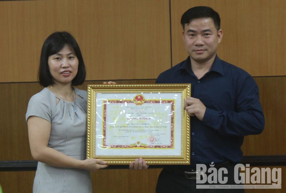 Chủ tịch UBND tỉnh khen thưởng anh Nguyễn Văn Bằng, dũng cảm cứu người đuối nước, sông Thương, Bắc Giang