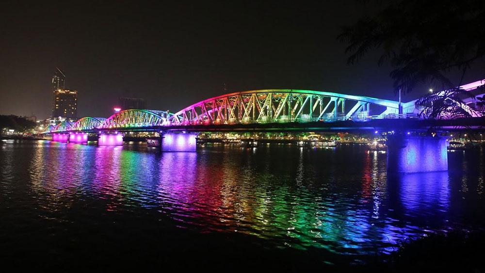 Huế lắp mới hệ thống chiếu sáng nghệ thuật trên cầu Trường Tiền