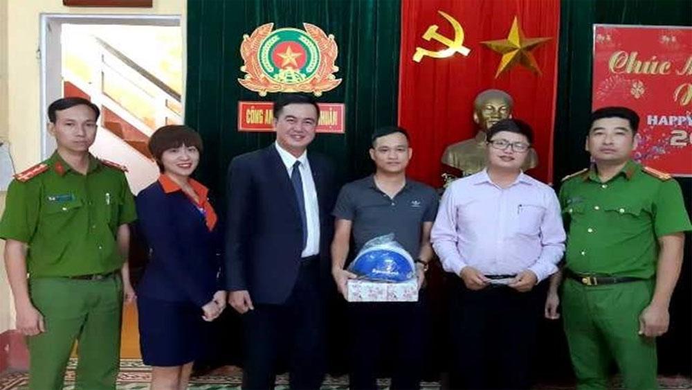 Tìm được chủ nhân, số tiền lớn quên ở cây ATM, Hoàng Thế Hùng, Nguyễn Viết Huy