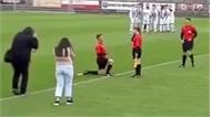 Trọng tài biên cầu hôn nữ đồng nghiệp ngay trên sân