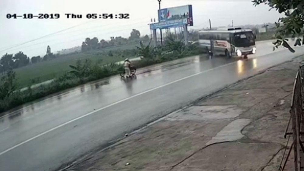 Đường trơn, xe khách phóng nhanh suýt tông trúng CSGT đang phân làn