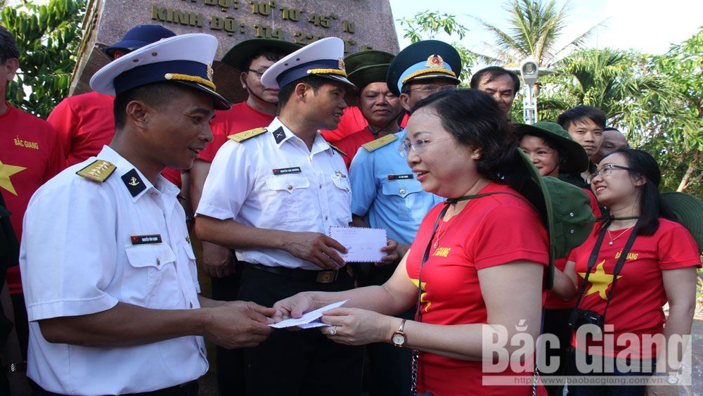 Bac Giang delegation visits soldiers and people in Truong Sa district and DK1 platform