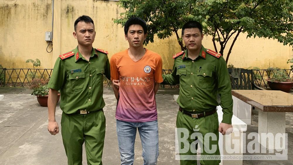 Lực lượng công an dẫn giải đối tượng Lê Văn Tâm.