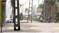 """Hàng cột viễn thông """"đứng"""" giữa đường ở Hà Nội"""