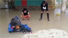 Học sinh chế máy thu gom nông sản