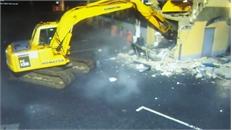 Trộm dùng máy xúc phá tường, múc nguyên cây ATM lên ô tô