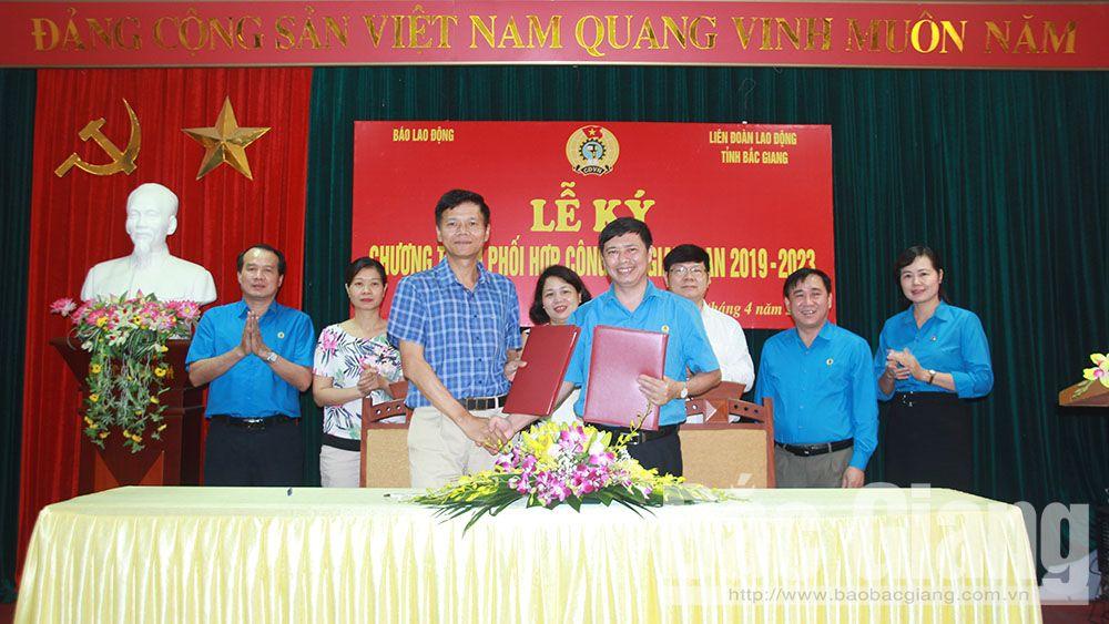Liên đoàn Lao động tỉnh Bắc Giang ký kết chương trình phối hợp với Báo Lao động