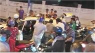 Hai thanh niên cướp taxi bị người dân vây bắt
