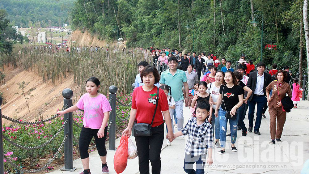 Discount price offered for Tay Yen Tu cable car on Reunification holiday