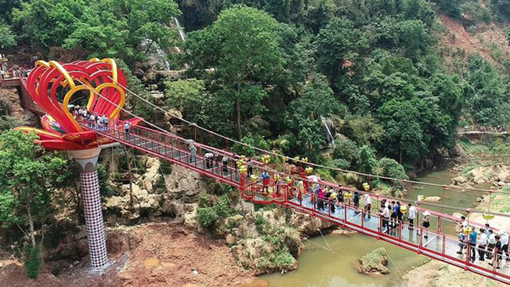 Vietnam's first 5D-effect glass bridge inaugurated