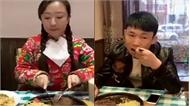 """Chàng trai té ghế trước kiểu ăn """"bá đạo"""" của cô gái"""