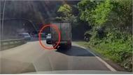 Loạt ôtô vượt ẩu gây nguy hiểm trên đèo Bảo Lộc