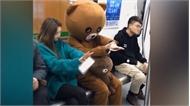 Thanh niên giả gấu bông lừa cô gái rơi điện thoại