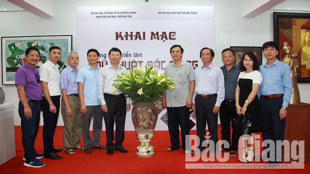 Phó Chủ tịch UBND tỉnh Lê Ánh Dương tham quan Triển lãm Mỹ thuật