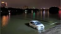 Xe Kia Morning mất lái lao xuống hồ Linh Đàm