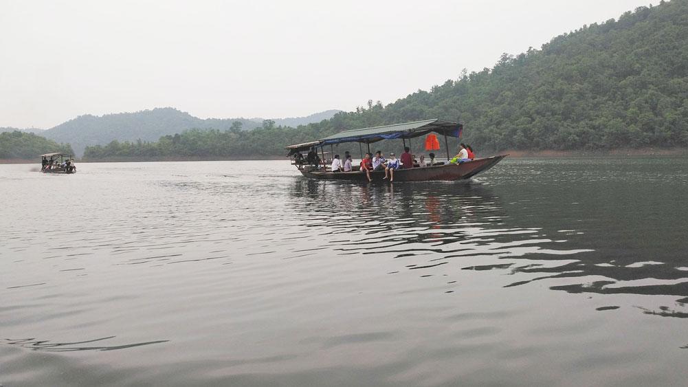 Du khách đi thuyền ngắm cảnh lòng hồ