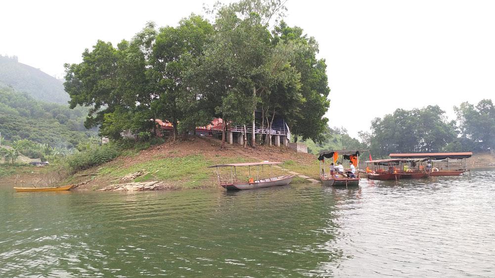 Mặt hồ rộng với vô số hòn đảo lớn nhỏ là điểm dừng chân hấp dẫn du khách.