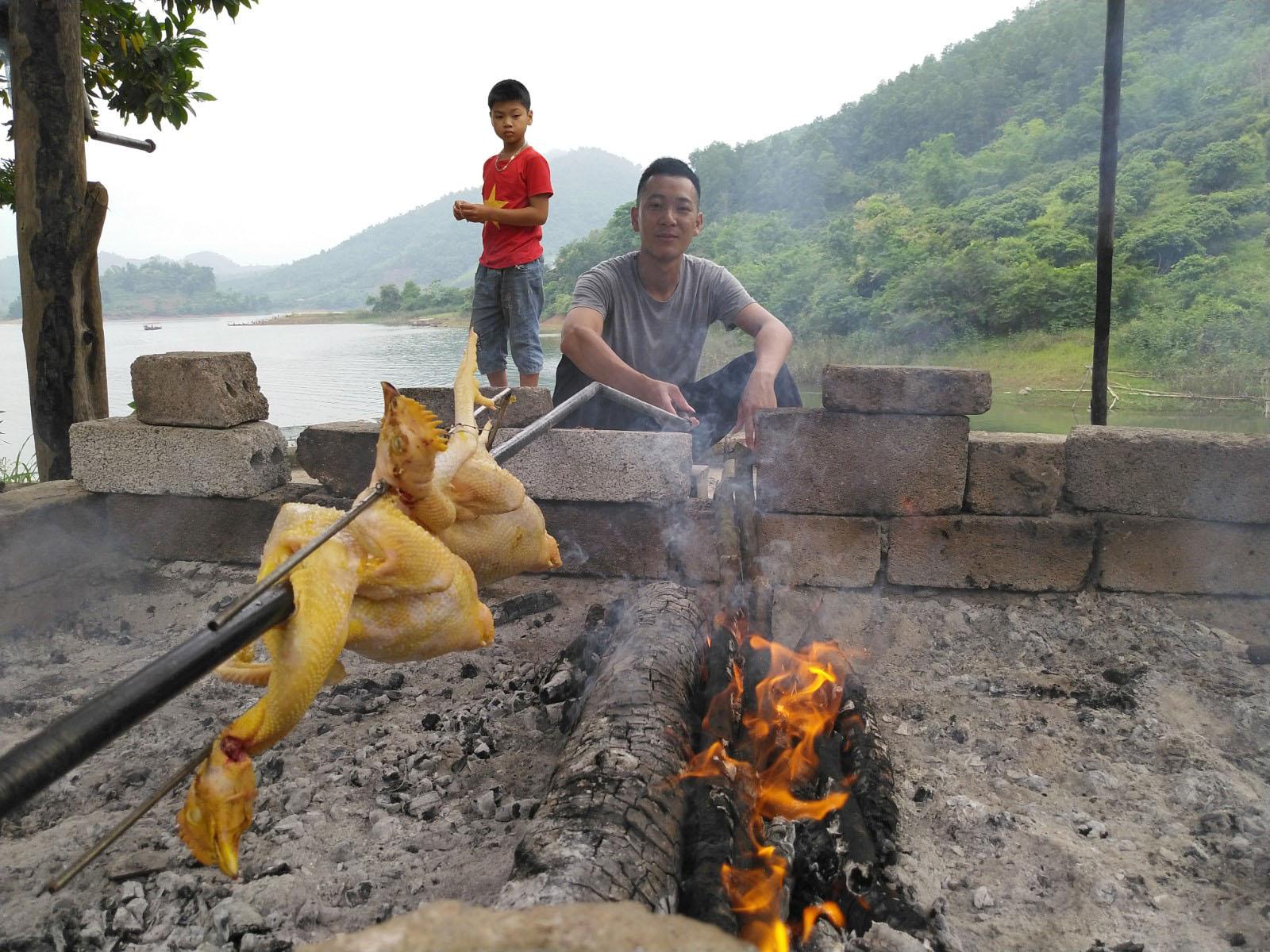 Người dân bản địa làm món gà nướng.