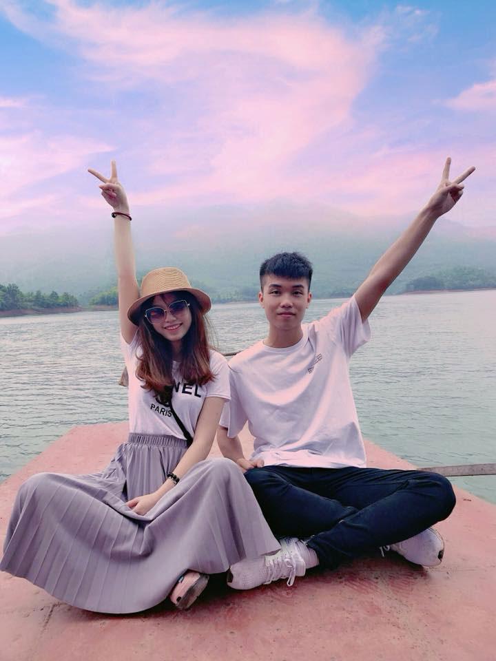 Nhiều bạn trẻ lưu lại kỷ niệm tại hồ Cấm Sơn