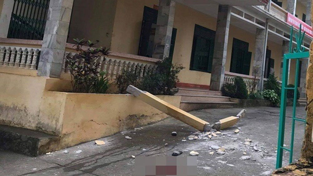 Cột bê tông ở tầng 2, rơi trúng nhóm học sinh, chơi ở sân trường, Trường THCS thị trấn Đà Bắc