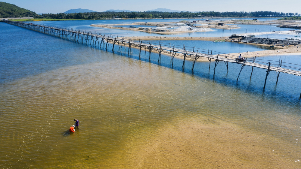 Longest temporary bridge in Vietnam creates permanent memories