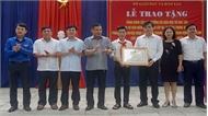 Trao Bằng khen của Bộ trưởng Bộ Giáo dục và Đào tạo tặng học sinh cứu ba bạn khỏi đuối nước