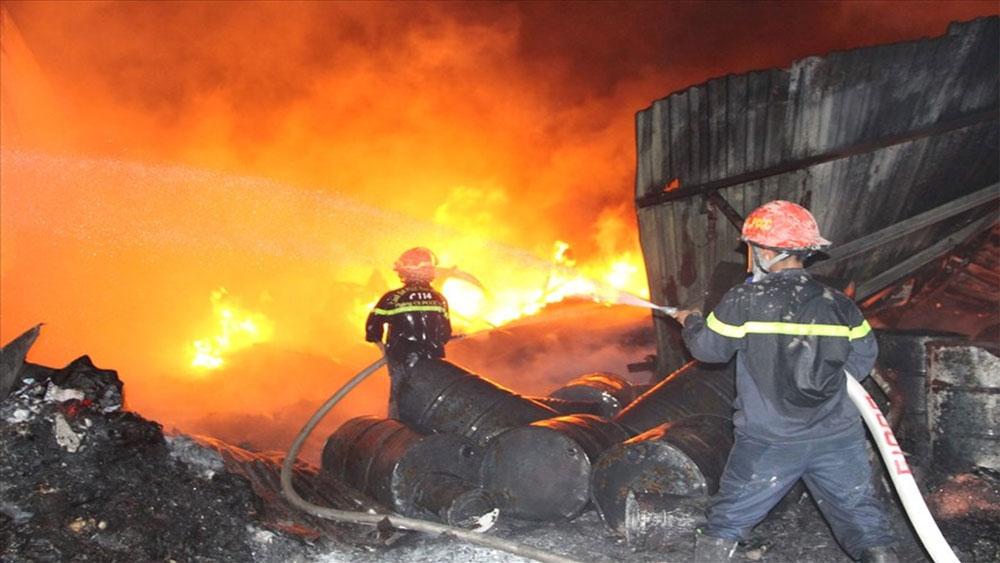Cháy lớn ở vựa phế liệu, người dân ở trọ, ôm đồ bỏ chạy