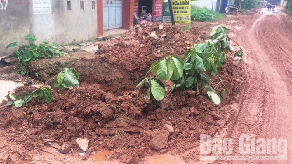 Xã Xuân Hương (Lạng Giang) đường lầy, bẩn vì thi công đường ống nước sạch