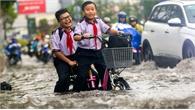 Đường TP Hồ Chí Minh ngập sau cơn mưa chiều, người dân bì bõm về nhà