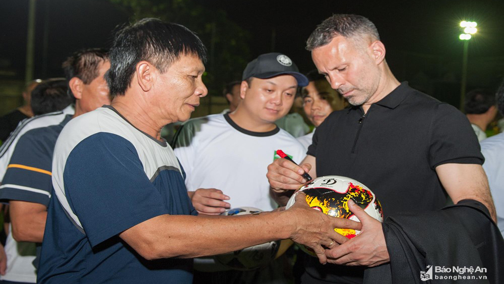 Manchester United legend Ryan Giggs visits SLNA FC