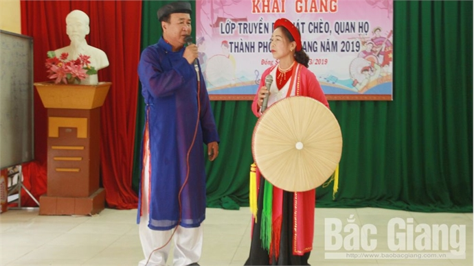 Teaching Cheo and Quan ho folk singing to the art talents