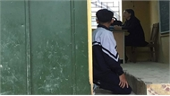 Đình chỉ cô giáo thường xuyên bắt học sinh quỳ gối ở Hà Nội