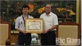 Chủ tịch UBND tỉnh Bắc Giang khen thưởng em Trịnh Duy Hiếu