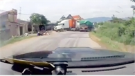 Clip: Xe đầu kéo vượt ẩu gây tai nạn liên hoàn, 2 người thoát chết ở Lục Nam